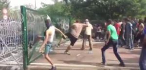 foto: YouTube (BlikkTV), Áttörték a kerítést a menekültek Röszkénél